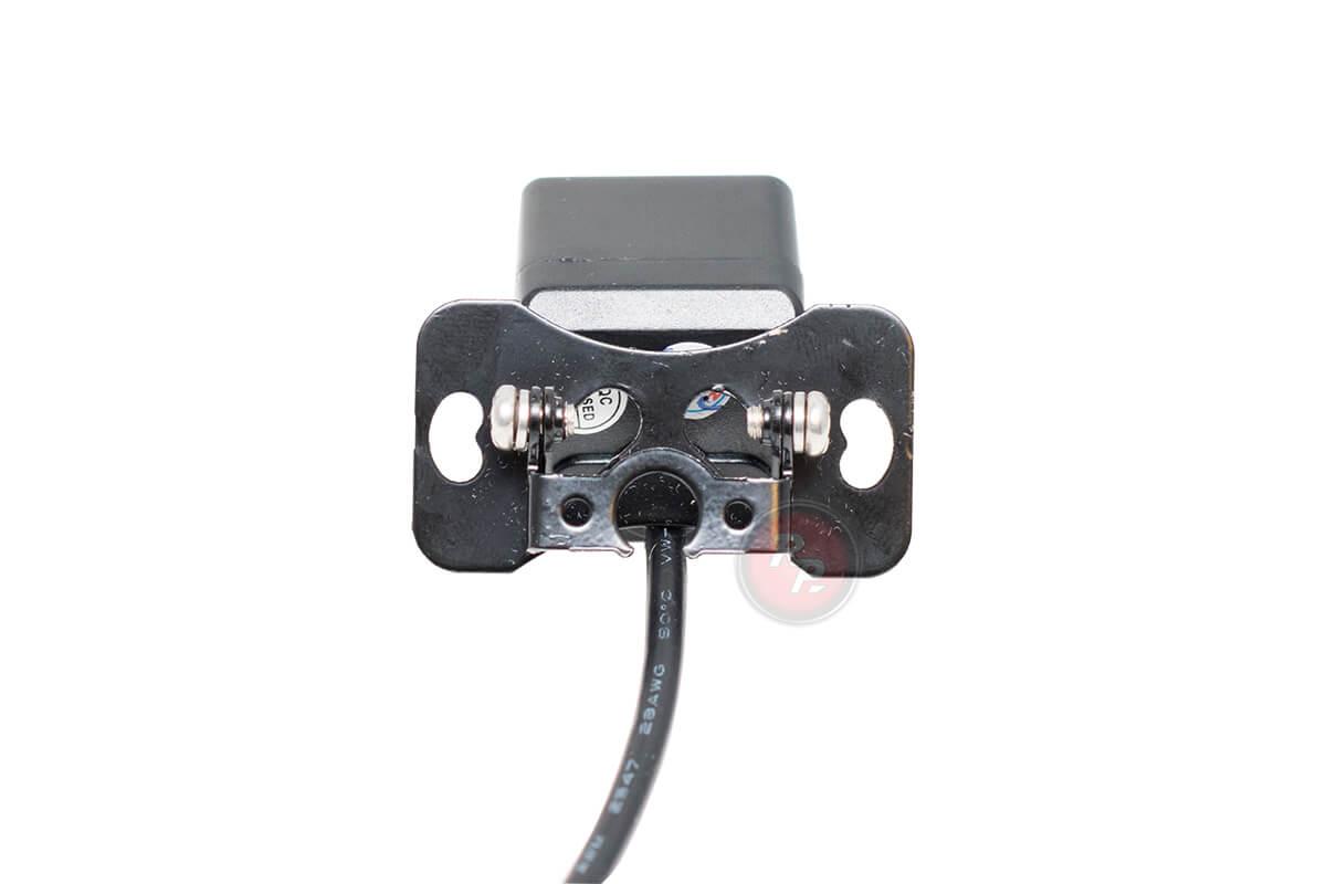 Фото 3: крепление в комплекте с камерой Redpower при использовании ее в качестве камеры переднего вида